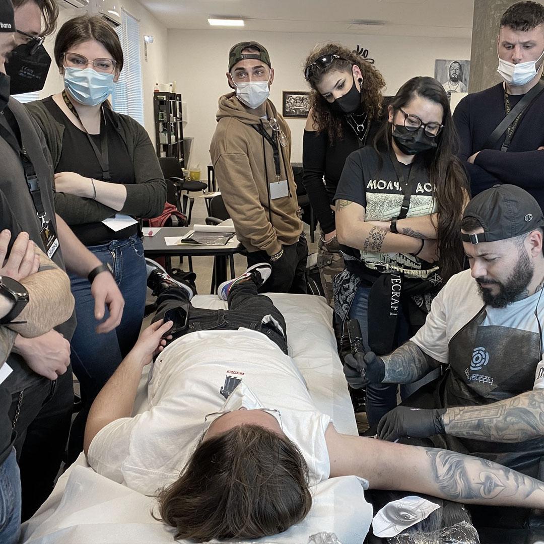 Macko tatua davanti ai suoi corsisti